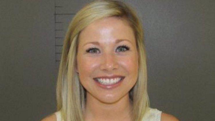 Tato policejní fotografie se stala HITEM INTERNETU. Neuhádnete, za co tahle sexy blondýnka skončila v base!