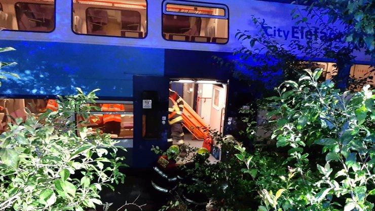 Smrt u Českého Brodu: Po srážce vlaků zemřel strojvůdce a třicet pět lidí se zranilo