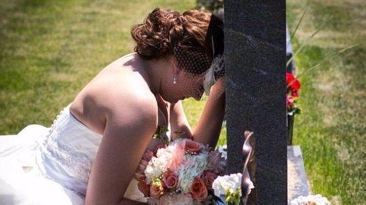 Srdcervoucí fotografie: Nevěsta truchlí nad hrobem svého otce