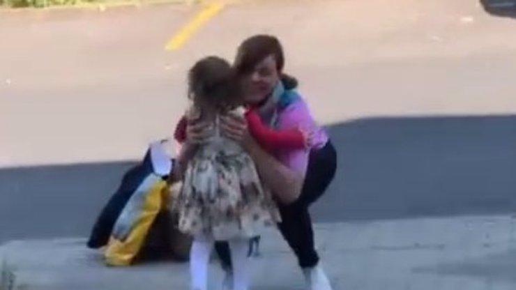 Video dojalo celé Česko: Babička se po 2,5 měsících mohla vidět s malou vnučkou z Teplic