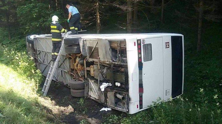 Děsivá nehoda: Autobus plný dětí se převrátil do příkopu, čtyři jsou zraněné