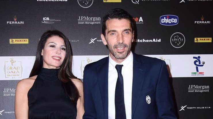 Kvalitní ústní práce! Uměla tohle taky Alena Šeredová? Uvnitř najdete fotku, jak si Buffon užil rtů své přítelkyně!