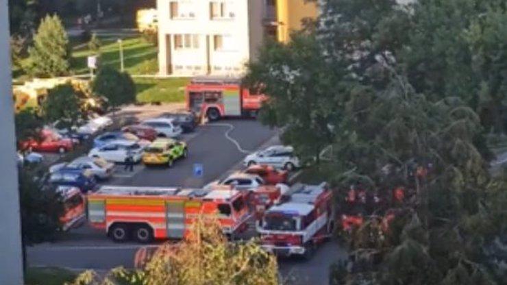 Vyskočili před plameny z 11. patra, ale zemřeli: Bohumínsky panelák zřejmě zapálil žhář