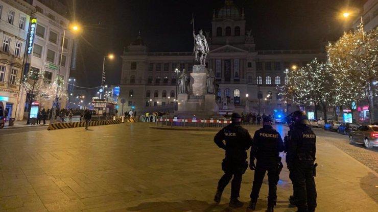 Silvestrovská demonstrace proti vládním opatřením: Na Václaváku zasahovali i těžkooděnci