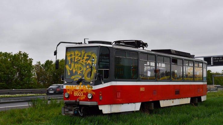 U dálnice D1 se objevila tramvaj! Kdo ji tam zaparkoval?