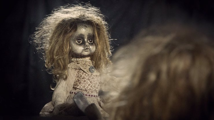 Děsivá hra, ke které stačí zrcadlo a hračka: Duch holčičky si s lidmi povídá, jiným se mstí