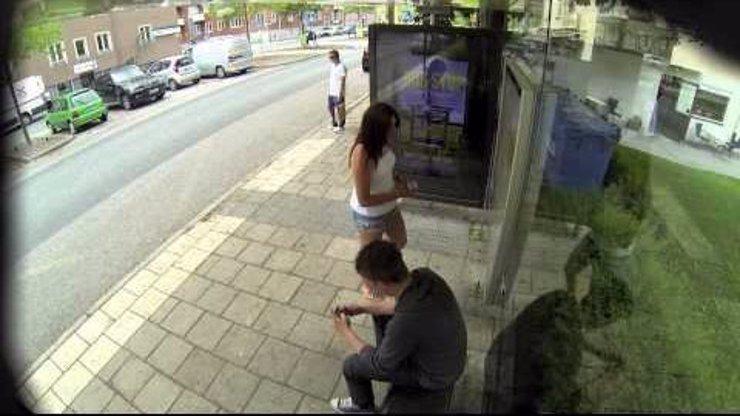 Úžasné video ukazující lidi na zastávce, které náhle začne někdo upravovat na reklamní ploše