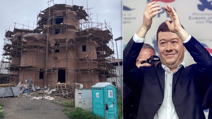 Okamurova hacienda za 20 milionů: Stavba se vleče, tohle se změnilo za 7 měsíců