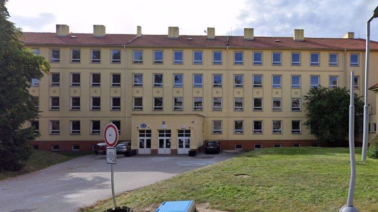 Záhadná smrt školačky na Kladně: Z toho okna se vypadnout nedá, zní mrazivá svědectví