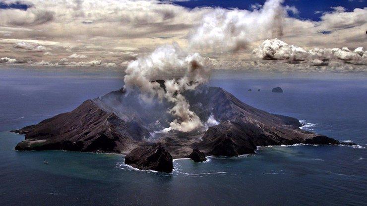 Na Novém Zélandu vybuchla sopka a zabila nejméně 5 lidí: Další se pohřešují