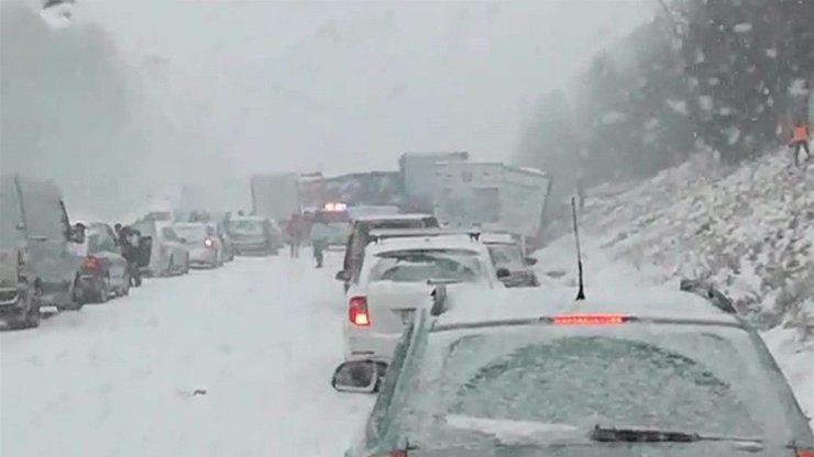 HROMADY SNĚHU, spousty nehod, lidé bez proudu: Tady je situace nejhorší!