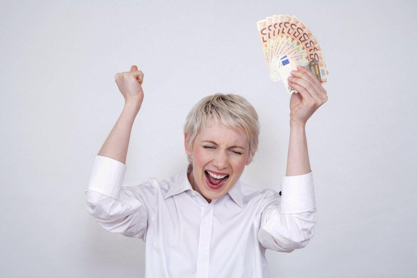 Borec vyhrál 3 mega v loterii a řekl přítelkyni, že je švorc. Její reakce je k nezaplacení!