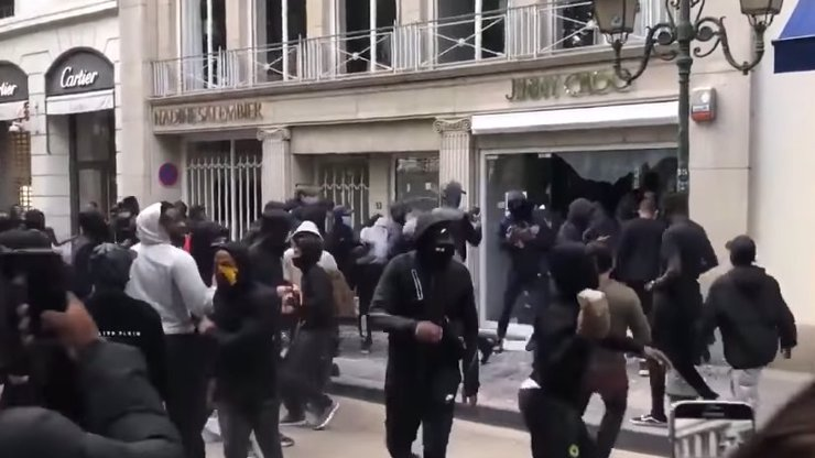 Drsné video z rabování: Protesty za Floyda v Bruselu se zvrhly ve vykrádání luxusních obchodů