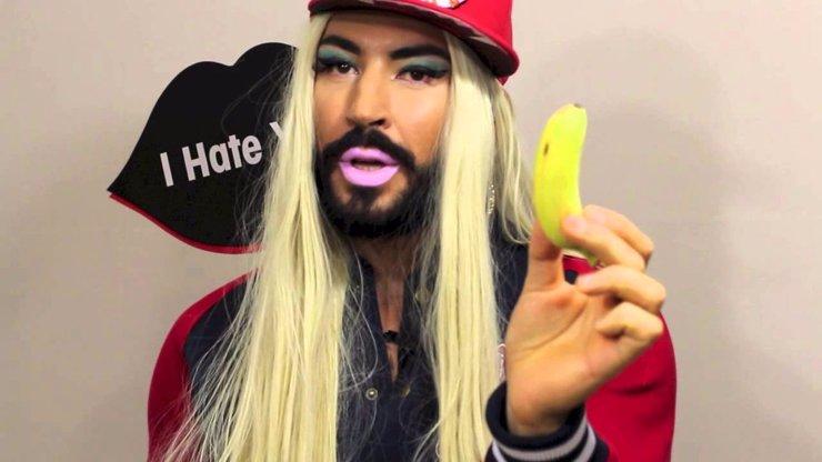 Conchita Wurst má bizarní kámošku! Opravdu chcete vědět, k čemu má tahle blondýna banán?