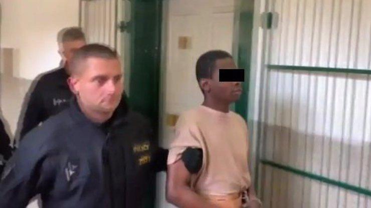 Já nic, já svatoušek: Afričanovi, který znásilnil šestnáctiletou Češku, připadá, že nic neprovedl