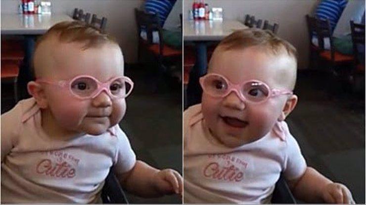 Malá holčička dostala své první brýle a poprvé vidí ostře. Z její roztomilé reakce úplně roztajete!