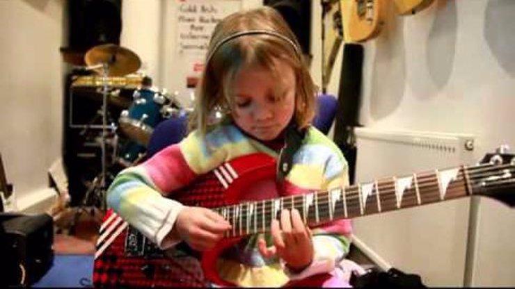 Video, kterému neuvěříte: Malá holčička si dává s přehledem pecku od Guns N' Roses!