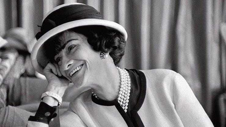 Krásná a nemilosrdná: Královna módy Coco Chanel by oslavila 136. narozeniny