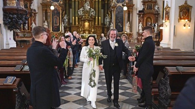 Fotky z utajované svatby Bolka Polívky: Nevěsta zářila štěstím, svědčil Jiří Bartoška