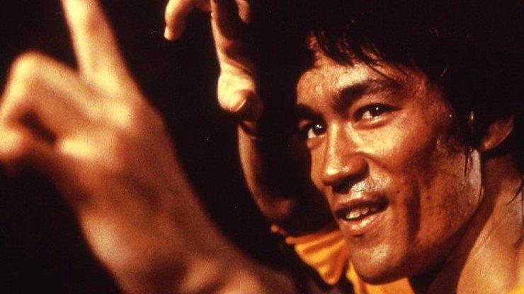 Film Hra smrti nestihl Bruce Lee dokončit. Kvůli jeho předčasnému úmrtí byl snímek dotažen do zdárného konce až o pět let později.