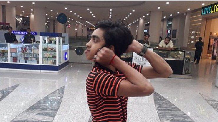 Tenhle kluk dovede otočit hlavu o 180 stupňů tak, že vidí za sebe!