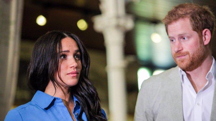 Pohřeb bez Meghan: Princ Harry se po roce vrátil ke královské rodině sám