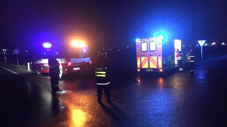 Hasiče, který odčerpával vodu během bouřky, srazilo auto. Řidič z místa nehody ujel