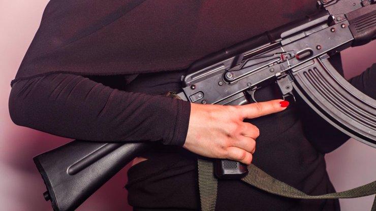 Bouřlivá diskuze ve vládě: Češi by mohli mít právo na obranu se zbraní