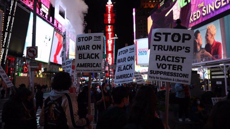 Skandování, ohně, snaha o zmaření sčítání a zásahy policie: Volby rozpoutaly v USA drsné protesty
