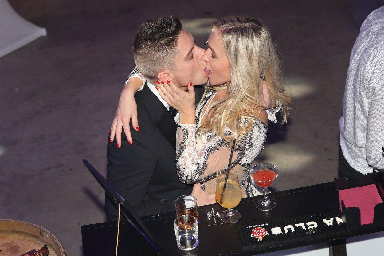 Líbala se s klukem i holkou! Nela Slováková provokovala na plese v Brně