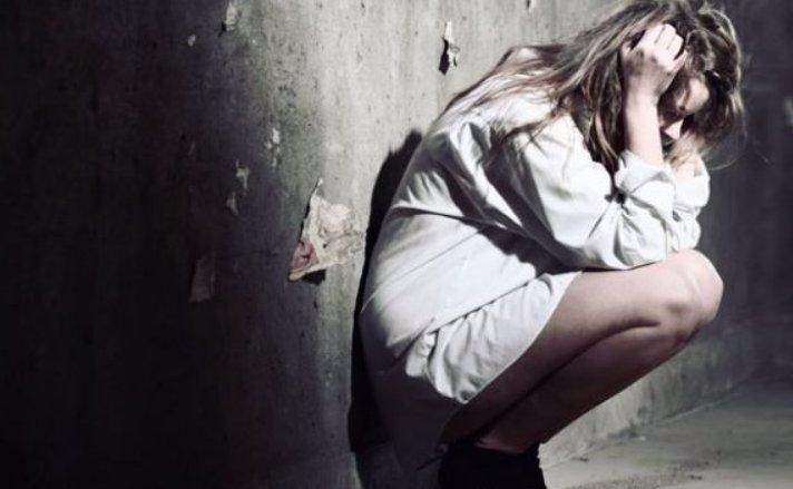 Cizinec v Praze znásilňoval ženu na chodbě domu. Oběť u toho točil na mobil a fotil