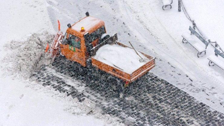 KALAMITA V ČESKU: Meteorologové varují před dalšími přívaly sněhu. Česko pokryje ledovka a bude to pořádně klouzat!