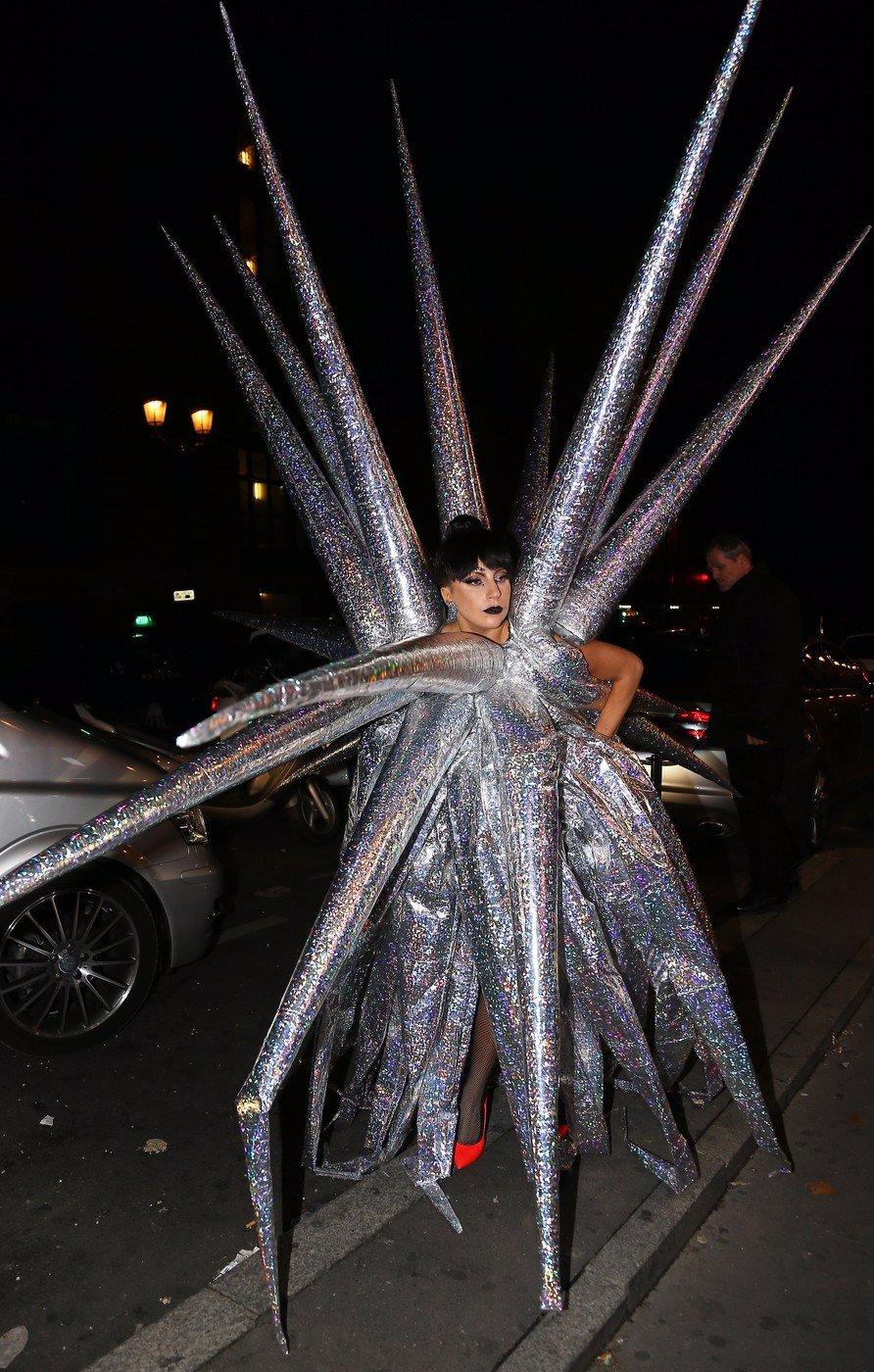 Lady Gaga už má fakt dost: Do Paříže přišla v převleku za vánoční hvězdu a obtěžovala ostatní svým kostýmem