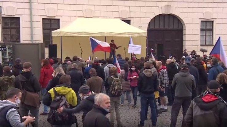 V Praze se protestovalo proti nouzovému stavu a vládním opatřením: Sešly se davy lidí