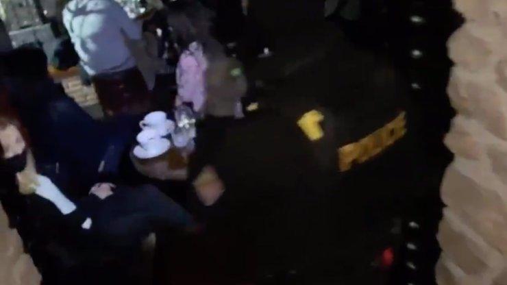 Divoký mejdan v Praze: Šňupali kokain a drze označovali policii na Instagramu, ta je vyhmátla