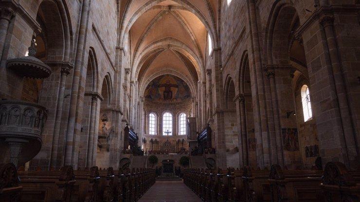 Láska nebeská? Kněz u oltáře natáčel intimní video se dvěma ženami. Vandalismus, hlásí policie