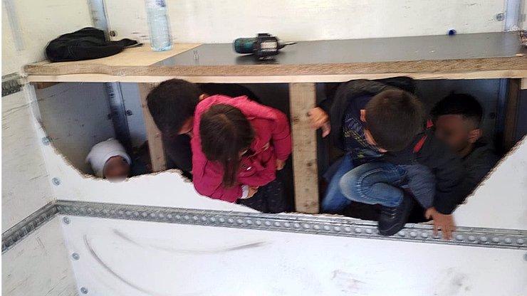 Na D1 zastavili dodávku s uprchlíky! Mačkalo se jich tam 13 migrantů, z toho 3 děti