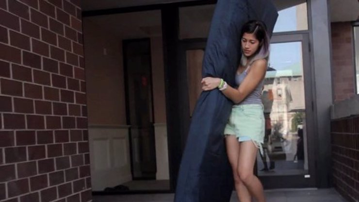 Mladá dívka s sebou všude tahá obří matraci, z jejího důvodu vám bude hodně smutno
