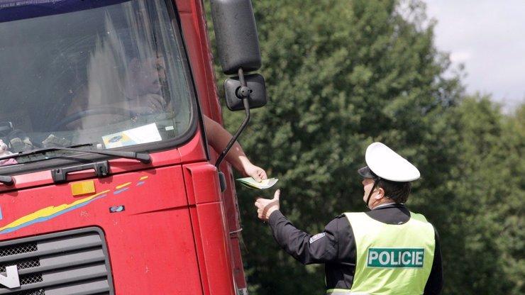 Řidič kamionu (†46) volal u Prahy o pomoc, našli ho mrtvého: Možná měl koronavirus