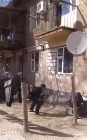 Šílené video: Líná matka se nechtěla tahat s dítětem po schodech. Hodila ho manželovi z okna
