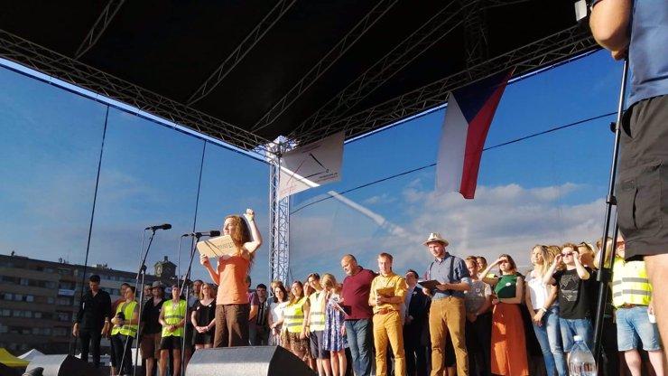 Politici na Letné neměli místo. Kteří z umělců vystoupili před davem demonstrujících