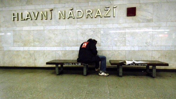 Narkomani v nouzi: Z nedostatku drog jsou agresivní, hází po lidech roušky i vložky