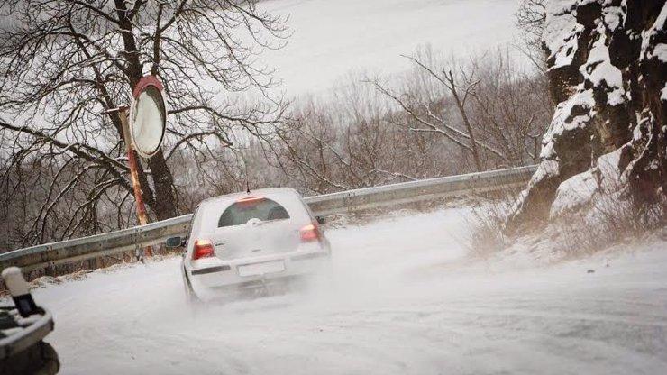 Sníh komplikuje dopravu v celém Česku. Nejhorší situace je na Vysočině