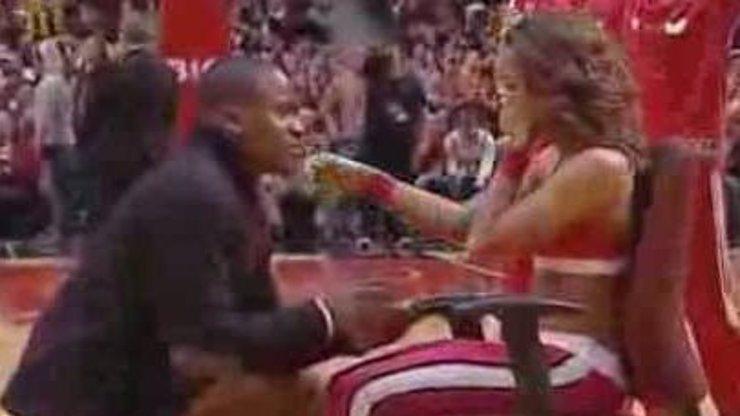 Další dojemná žádost o ruku: Muž poklekl před svou přítelkyní-roztleskávačkou před zápasem