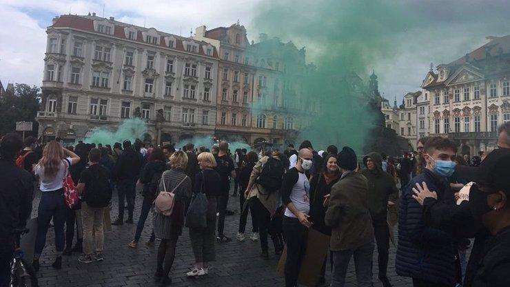 Smrt George Floyda zasáhla i Česko! Demonstrace proběhla na Staromáku: Slyšet byla hlavně angličtina