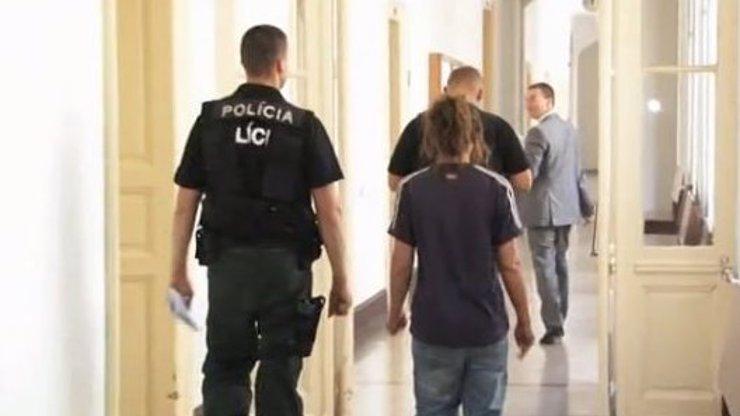 Opilá Slovenka masturbovala v centru Nitry, salátovou okurkou se ukájela před věznicí
