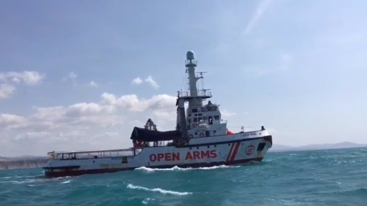 U italského ostrova se převrátila loď s migranty: 13 mrtvých žen, 9 dětí se pohřešuje