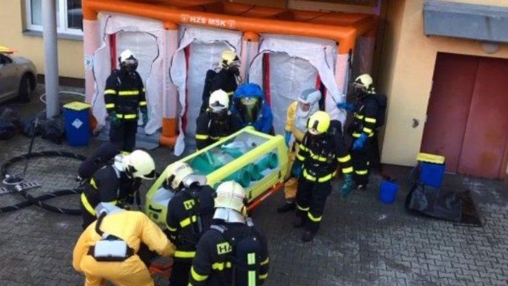 Zachvátila smrtící nemoc Česko? Muž byl převezen ve speciálním boxu