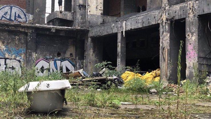 Muž se ve zchátralé elektrárně na Kladensku propadl podlahou: Unikátní fotky z místa