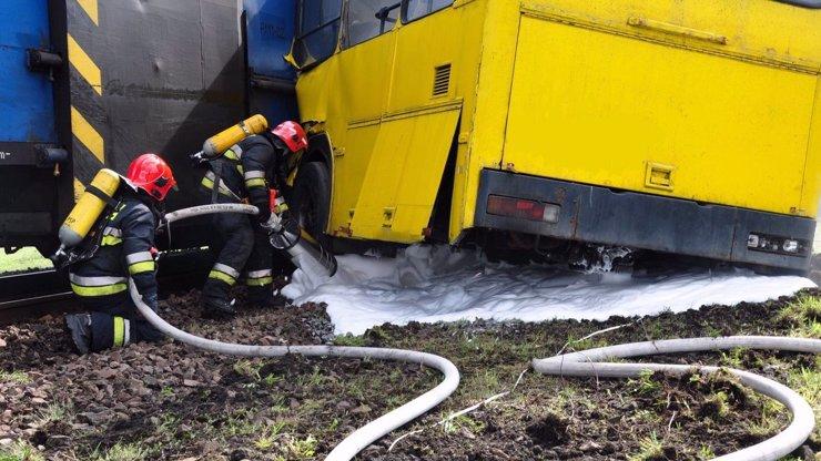 Na Benešovsku se srazil autobus s vlakem: Desítka zraněných, signalizace blikala